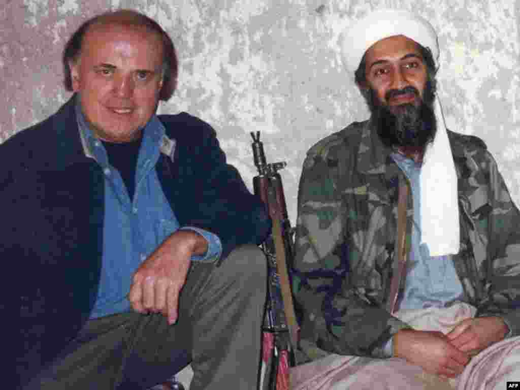 Репортер CNN Питер Арнетт с Усамой бин Ладеном во время телеинтервью в горах Тора-Бора в Афганистане, март 1997 года