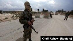 Pripadnik pro-turske milicije u blizini Alepa, 25. januar 2018.