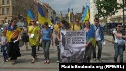 Учасники акції протесту крокують через центр Варшави