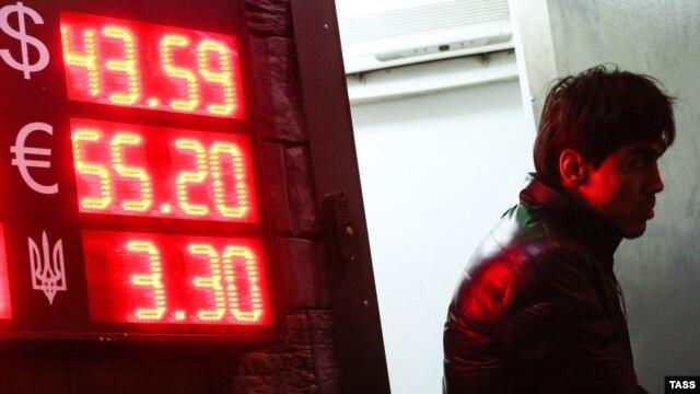Курсы обмена валют российским банкам приходится менять каждый день