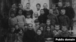 Учні першої початкової школи Євпаторії. Усніє Менакаєва в першому ряду з портфелем, 21 березня 1941 року