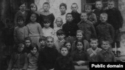Учащиеся первой начальной школы Евпатории. Усние Менакаева в первом ряду с портфелем, 21 марта 1941 года