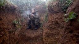 Української вояк курить на передовій позиції армії під Горлівкою, 23 травня 2019 року