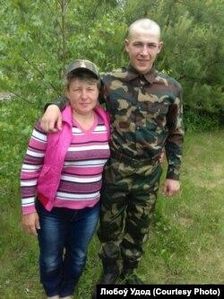 Дзьмітры Ўдод з маці Натальляй пасьля прысягі, чэрвень 2017