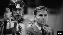 Хоккейный тренер Виктор Тихонов (справа).