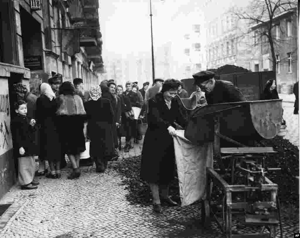 People waiting for their ration of coal in the West Berlin district of Neukoelln on November 27, 1948.