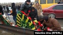 Мати вбитого хлопця (с) на місці його загибелі, фото 9 січня 2012 року