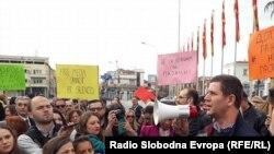 Протест на новинари пред Владата на РМ. Претседателот на ЗНМ, Насер Селмани се обраќа пред присутните.