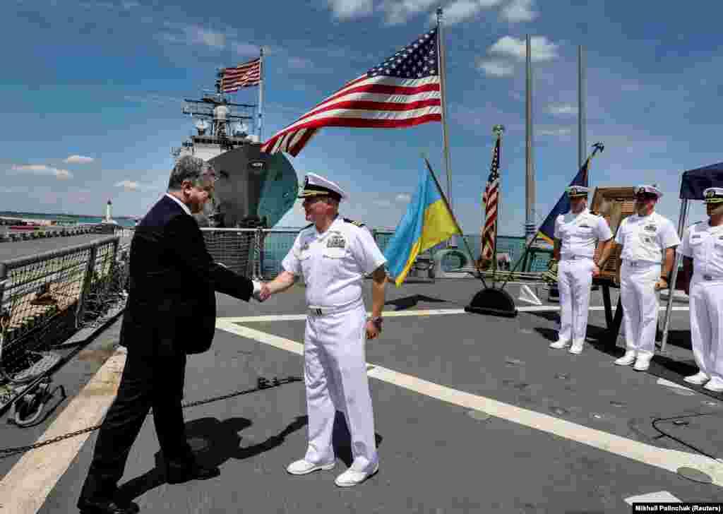 Президент України Петро Порошенко під час візиту на американський ескадрений міноносець з керованою ракетною зброєю «Керні» USS Carney (DDG 64), який бере участь у міжнародних навчаннях «Сі Бриз-2017». Одеса, 17 липня 2017 року