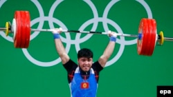 Қырғыз ауыр атлеті Иззат Артықов Рио Олимпиадасындағы жарыс кезінде. 9 тамыз 2016 жыл.