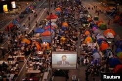 участники про-демократического движения наблюдают за трансляцией переговоров с администрацией Гонконга