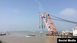 Pamje nga tërheqja e anijes Eastern Star nga lumi