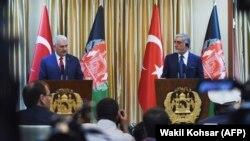 عبدالله عبدالله رئیس اجرائیه افغانستان و بن علی ییلدیریم صدراعظم ترکیه حین کنفرانس مطبوعاتی در کابل