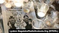 Sveće i karikature Šarlija Ebdoa ispred ambasade u Kijevu