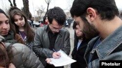 ԵՊՀ-ի ուսանողները ստորագրահավաք են անցկացնում` պահանջելով ռեկտորի օգնականի հրաժարականը, 28 փետրվարի, 2013