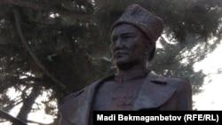 Памятник участнику Второй мировой войны, писателю Бауржану Момышулы в парке в Алматы.