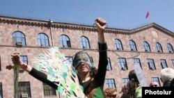 Բնապահպանական շարժման ակտիվիստ Մարիամ Սուխուդյանը Վարչական դատարանի շենքի առջեւ անցկացված բողոքի ցույցի ժամանակ, 23-ը մարտի, 2010թ.
