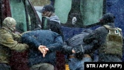 A rendfenntartók tüntetőket vesznek őrizetbe Minszkben, 2020. november 29-én