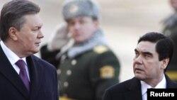 Ukrainanyň prezidenti Wiktor Ýanukowiç we Türkmenistanyň prezidenti Gurbanguly Berdimuhamedow Kiýewde, 2012-nji ýylyň 13-nji marty.