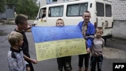 Балалар Украина флагы белән Донбасста (архив фотосы)