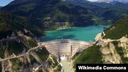 Часть комплекса гидроэлектростанции находится на одном берегу реки, а часть – на другом. Советские проектировщики ГЭС, конечно, и не думали, что когда-то эти части окажутся в разных государствах