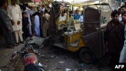 Njerëzit janë tubuar në vendin e shpërthimit të bombës në Karaçi