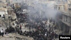 Сирия - Эл аскерий учактар сокку урган жерге чогулууда, Азаз шаарчасы, 13-январь, 2013.