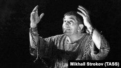Актер Армен Джигарханян в роли Сократа в спектакле «Беседа с Сократом» в Театре Владимира Маяковского.