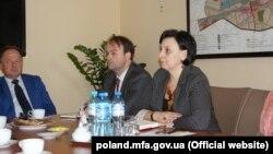 Зустріч в Посольстві України у РП у справі ненадання допомоги громадянці України. На фото – консул Світлана Криса