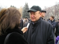 Sarsenbaev speaking to journalists at the December 2005 funeral of fellow oppositionist Zamanbek Nurkadilov (RFE/RL)