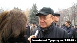 Фото из архива - Алтынбек Сарсенбайулы дает интервью на похоронах лидера оппозиции Заманбека Нуркадилова. Алматы, 15 ноября 2005 года.