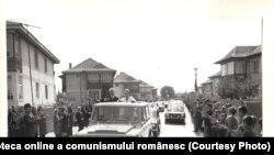 Scornicești, locul de naștere al lui Ceaușescu, a ocupat mereu un loc special în inima dictatorului. Aici, alături de Elena Ceauşescu, la sărbătorirea a 400 de ani de la atestarea documentară a localităţii. Fototeca online a comunismului românesc. Cota:165/1979