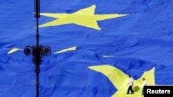 Ираклий Гарибашвили сообщил «по секрету» грузинским журналистам, что от европейских лидеров получил обещание рассмотреть вопрос Грузии отдельно, и не исключено, что безвизовым режимом соотечественники смогут воспользоваться уже в начале будущего года