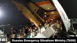 Сотрудники МЧС с детьми, прибывшими из Багдада спецбортом МЧС России