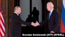 Претседателот на САД, Џо Бајден и неговиот рускиот колега Владимир Путин
