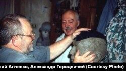 Андрей Битов. В мастерской Валерия Ненаживина. Владивосток.