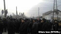 Жители села Бурыл Жамбылской области, собравшиеся на сход после чрезвычайного инцидента. 17 февраля 2016 года.