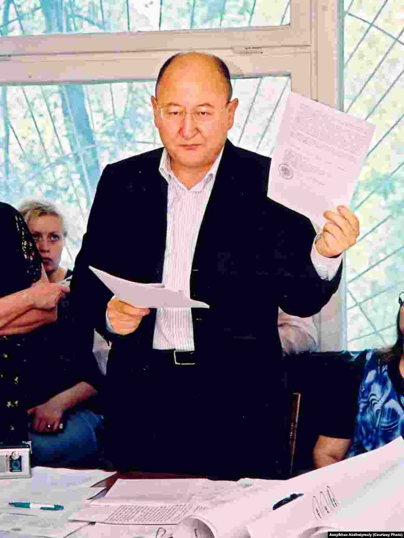 "Алтынбек Сарсенбаев выступает на суде по иску агентства ""Хабар"". Алматы, май 2005 года."
