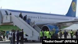 Самолет авиакомпании «Узбекистон хаво йуллари» впервые за 25 лет приземлился в Душанбе, 11 апреля 2017 года.