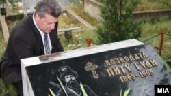 Претседателот Иванов на вечното почивалиште на Питу Гули во Крушево.