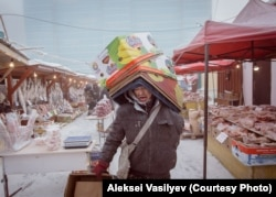 Seorang pekerja membawa kotak di pasar terdingin di dunia, tempat daging dan ikan beku dijual di tempat terbuka.