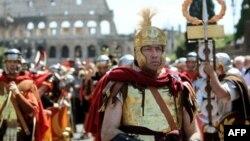 Мужчина в одежде древнеримского воина. Иллюстративное фото