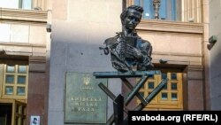 Новы помнік Шаўчэнку каля будынку кіеўскай мэрыі – рэвалюцыйнага штабу