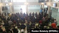 В зале заседания республиканского футбольного форума. Астана, 21 ноября 2015 года.