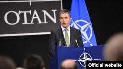 NATO-nyň Baş sekretary Anders Fogh Rasmussen NATO-Orsýet Geňeşiniň maslahatynyň yzy bilen metbugat konferensiýasynda çykyş edýär. Brýussel, 19-njy aprel, 2012.