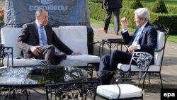 Сергій Лавров (л) і Джон Керрі (п) під час зустрічі в резиденції посла США в Лондоні, 14 березня 2014 року