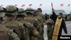 Грузия. Священник благословляет участников учений на военной базе в Вазиани неподалеку от Тбилиси в марте 2015 года