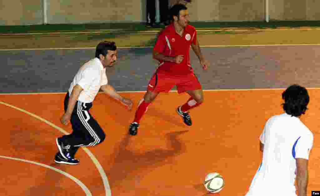 Mahmud Ahmadinejad (solda) futbol oynayarkən.