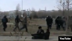Вооруженные полицейские разгоняют демонстрантов. Жанаозен, 16 декабря 2011 года.