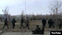 Жаңаөзен оқиғасы кезінде полиция түсірген видеодан көрініс.